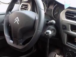 Controlul manual al autovehiculului pentru persoanele cu han